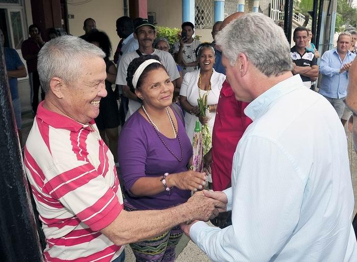 A la salida del complejo gastronómico de Zapata y 12 el pueblo esperaba al Presidente cubano para saludarlo. Foto: Estudios Revolución