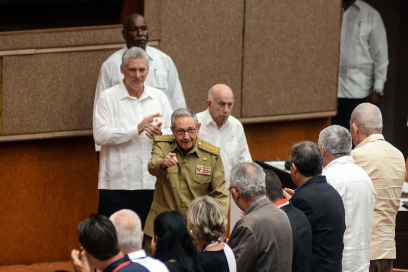 Asisten Raúl Castro y Díaz-Canel a sesión de la Asamblea Nacional