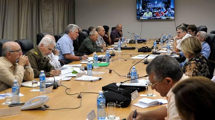 Presidente cubano, Miguel Díaz-Canel Bermúdez, acompañado por el Segundo Secretario del Comité Central del Partido Comunista de Cuba, José Ramón Machado Ventura, y varios vicepresidentes del Consejo de Ministros. Foto: Estudios Revolución
