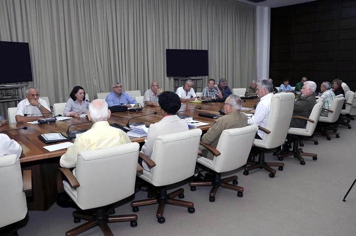 En la reunión de chequeo presidida por Díaz-Canel, participaron varios dirigentes, entre ellos el Comandante de la Revolución, Ramiro Valdés Menéndez. Foto: Estudios Revolución