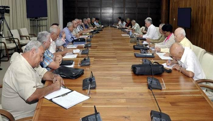 El Presidente cubano consideró que el incentivo de la producción local es uno de los caminos fundamentales para ir resolviendo poco a poco los problemas de vivienda. Foto: Estudios Revolución
