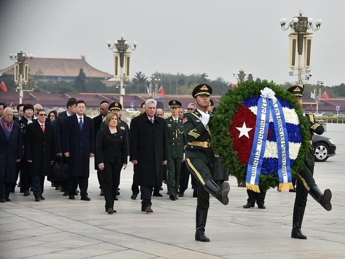 El Presidente de los Consejos de Estado y de Ministros rindió honores a Mao Zedong, máximo dirigente del Partido Comunista de China. Foto: Estudios Revolución