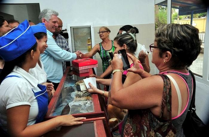 En la emblemática esquina habanera de Zapata y 12, el Presidente cubano conversó con los clientes que en ese momento realizaban sus compras, algunos de ellos provenientes de otros municipios capitalinos. Foto: Estudios Revolución
