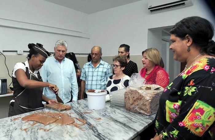 Durante su recorrido por áreas del complejo gastronómico de Zapata y 12, el Presidente de los Consejos de Estado y de Ministros se interesó por la producción artesanal de chocolate. Foto: Estudios Revolución