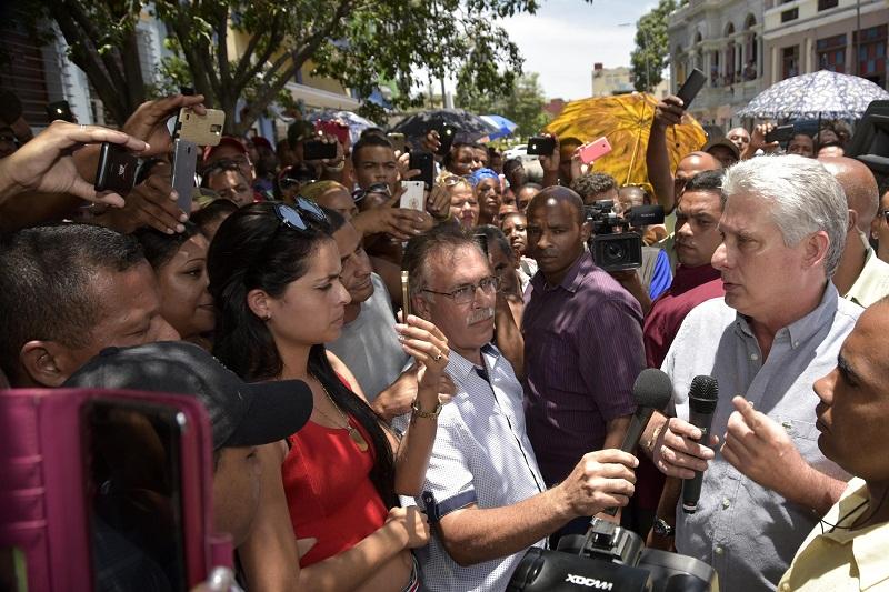 Le président cubain parle avec les habitants de Santiago de Cuba.