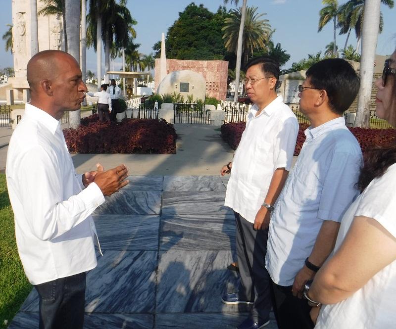 Embajador de China rinde homenaje a Fidel en Santiago de Cuba