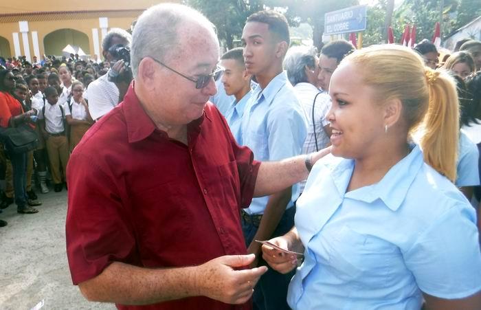 El Primer Secretario del Partido en la provincia de Santiago de Cuba, Lázaro Expçosito entregó el carnet de la UJC a un grupo de jóvenes.