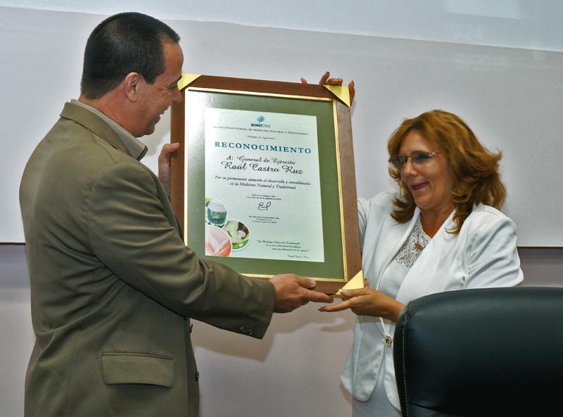 Reconocen aportes de Raúl al desarrollo de la medicina complementaria
