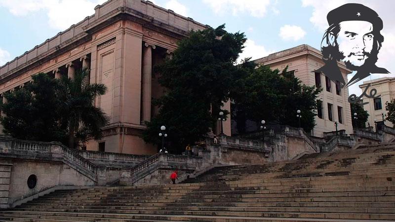 Che Guevara en la escalinata universitaria: un símbolo de lucha y recuerdos