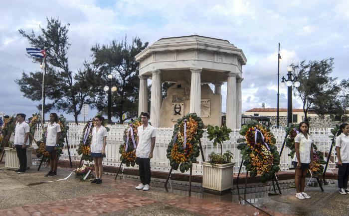 Envían Raúl y Díaz-Canel ofrendas florales a estudiantes de medicina