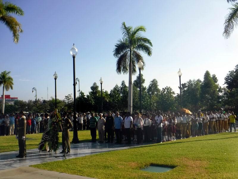 Una representación del pueblo de Santiago de Cuba junto a sus principales dirigentes en el homenaje a Carlos Manuel de Céspedes