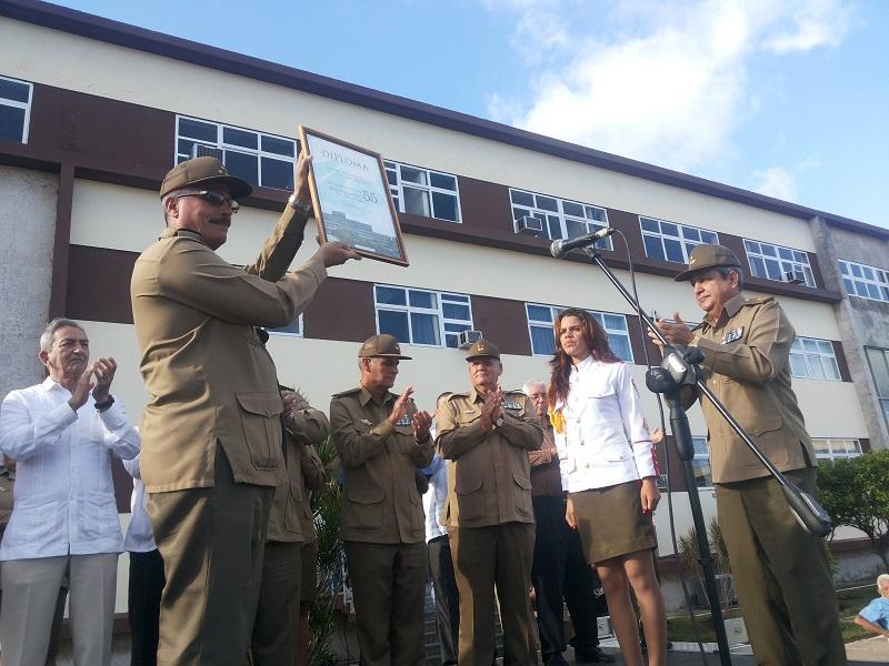General de Brigada, Jorge Luis Méndez de la Fe, Jefe de la dirección política de la FAR entregó un reconocimiento en nombre del ministro de las FAR al hospital.