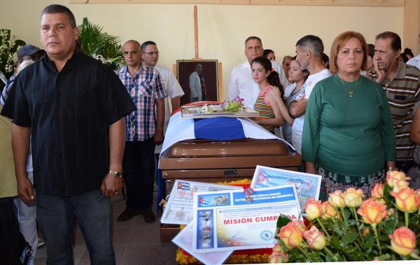 Sentida despedida a médico fallecido en terremoto de Ecuador