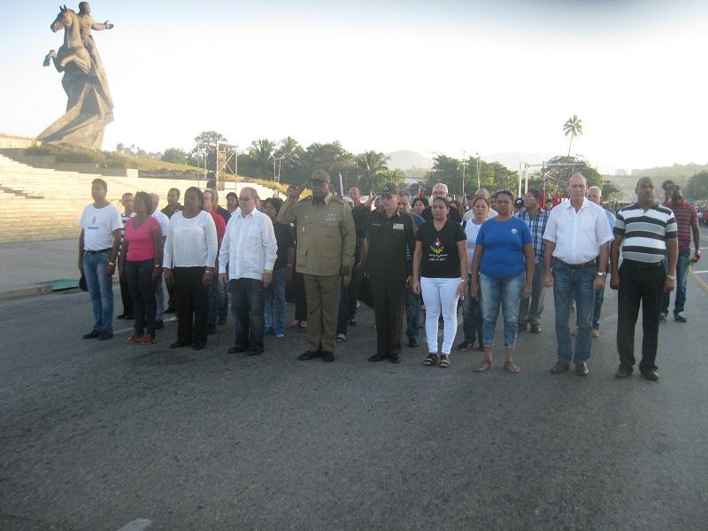 Homenaje a Fidel del pueblo de Cuba ante la piedra que lo guarda