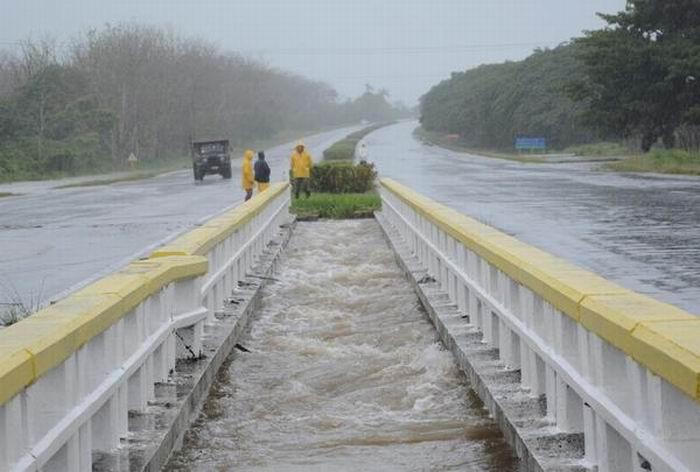 Detenido tránsito por la Autopista Nacional debido a las intensas lluvias