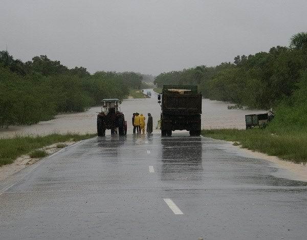 Cienfuegos cierra tramo de la Autopista Nacional, por inundaciones.
