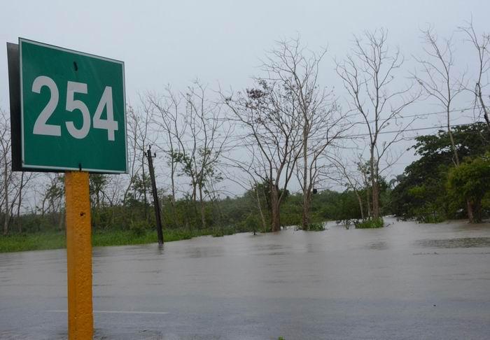 Vista de la Autopista Nacional en el Km 254, interrumpida por las intensas lluvias asociadas a las bandas de la tormenta subtropical Alberto, en el municipio Santa Clara, provincia Villa Clara, Cuba, el 28 de mayo de 2018. ACN FOTO/Arelys María