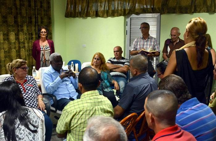 Esteban Lazo Hernández, presidente de la Asamblea Nacional del Poder Popular, sostiene un encuentro con los delegados del Consejo Popular Kilo12, del municipio Sancti Spíritus, de la provincia del mismo nombre, el 2 de agosto de 2018. ACN FOTO/Tony HERNÁNDEZ MENA