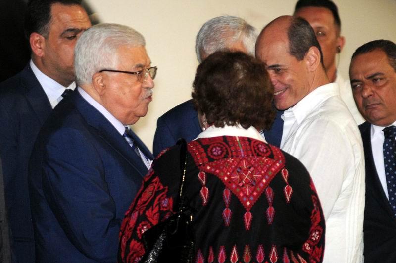 Mahmoud Abbas (I), presidente del Estado de Palestina, es recibido por el vicecanciller cubano Rogelio Sierra (D). en el Aeropuerto Internacional José Martí, en La Habana, el 10 de mayo de 2018. Foto: Omara García