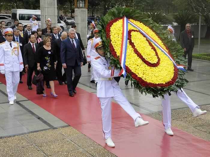 Díaz-Canel y la delegación que lo acompaña rindió homenaje a Ho Chi
