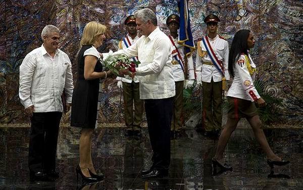 Ana Teresita González Fraga recibe el rango vitalicio de Embajadora. Foto: Irene Pérez