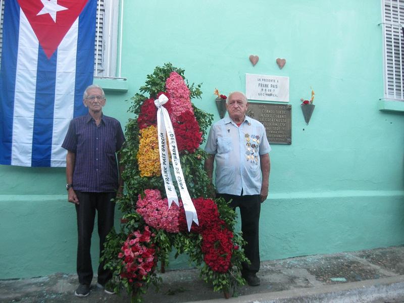 Ofrendas florales a Mártires de la Revolución en Santiago