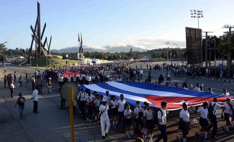 El pueblo santiaguero marcha en peregrinación desde la Plaza de la Revolución Antonio Maceo hasta el cementerio Santa Ifigenia. Foto: Miguel Rubiera