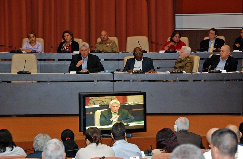 Continúan los debates y análisis de los diputados a los que asiste el presidente cubano
