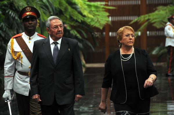 Raul Castro received Chilean president