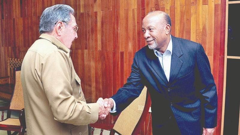 Raúl Castro junto a Nangolo Mbunda Vicepresidente de la República de Namibia Foto: Estudios Revolución