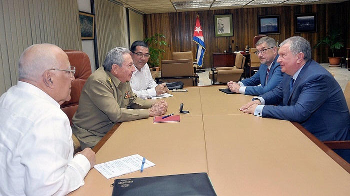 Raul Castro receives president of Russian oil company