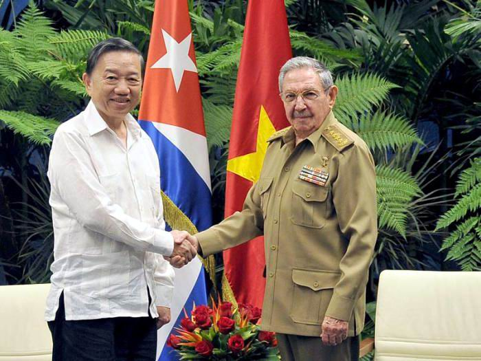 Raul Castro receives Minister of Public Security of Vietnam