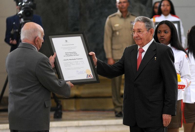 Raúl condecora dirigentes históricos de la Revolución cubana