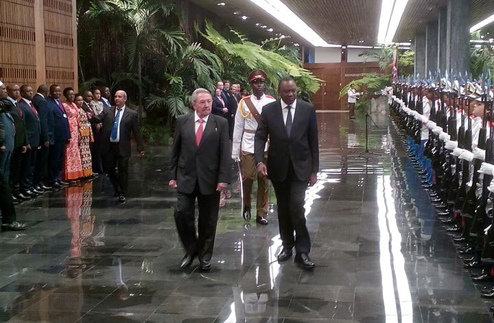 Raul Castro receives the President of Kenya