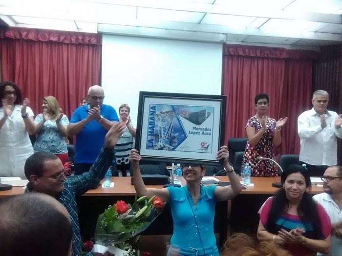 Reconocen los CDR en La Habana a Mercedes López