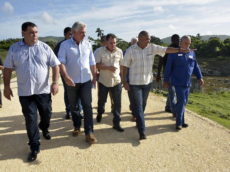 Intercambia Presidente cubano con pobladores avileños
