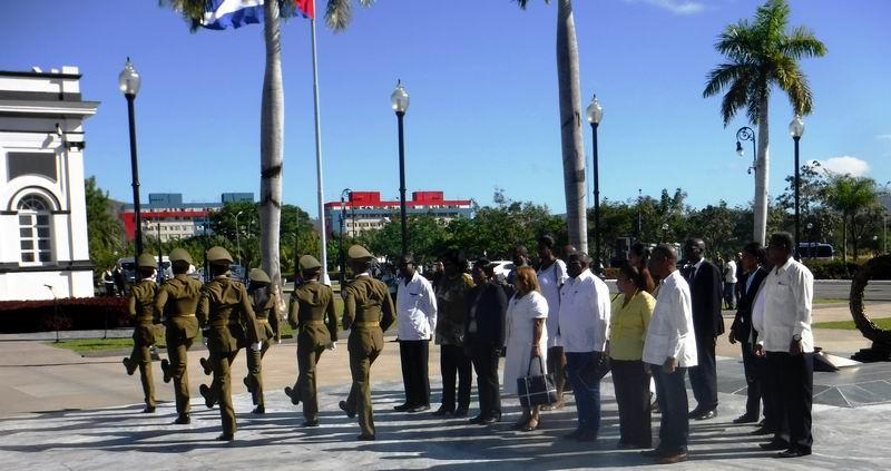 La Delegación de Namibia observa el cambio de guardia de honor a los próceres de la Patria en el cementerio Santa Ifigenia.