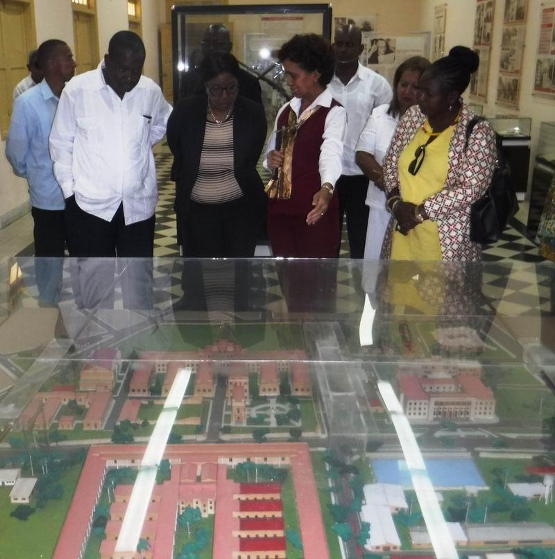 La Primera Ministra de Namibia recorrió el Pabellón Museo del antiguo Cuartel Moncada.