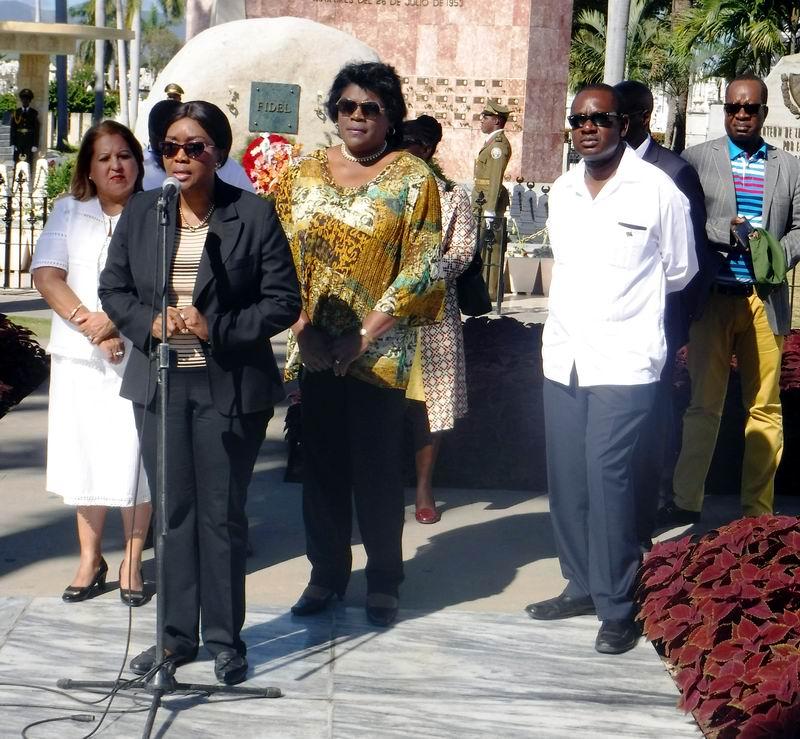 La Ministra de la República de Namibia se dirige a la prensa en el cementerio Santa Ifigenia, donde condenó el bloqueo de los Estados Unidos hacia la Isla