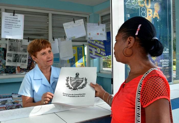 Adquiere el pueblo camagüeyano ejemplares del Proyecto de Constitución de la República, en Camagüey, Cuba, el 3 de agosto de 2018. Foto: Rodolfo Blanco