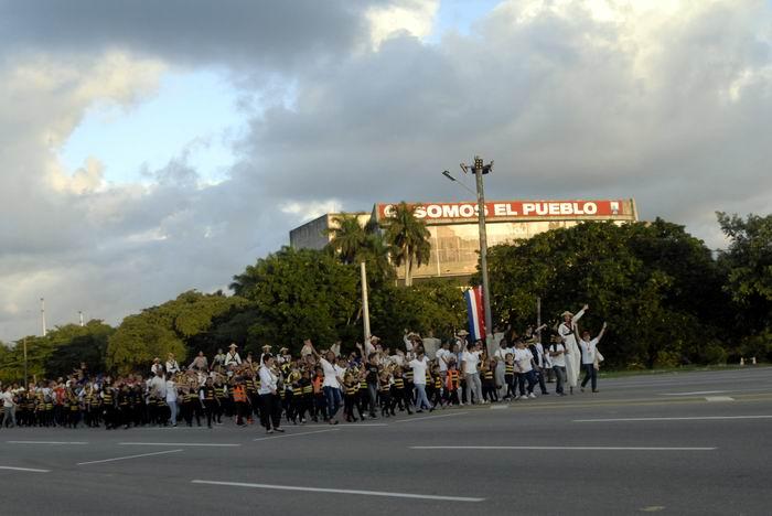 La compañía artística La Colmenita desfila por la Plaza en representación de todos los niños del país.