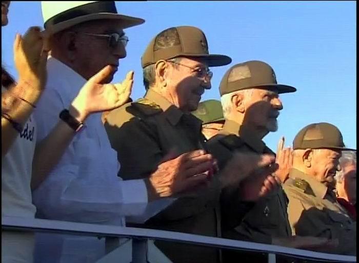 Los principales dirigentes cubanos saludan al pueblo que ha venido a manifestar su voluntad de seguir la obra de la Revolución.