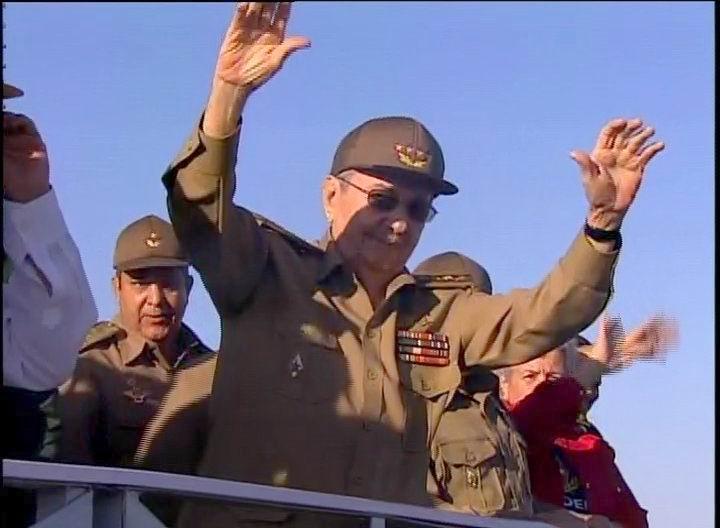 Raúl saluda al pueblo en la marcha del 2 de enero de 2017