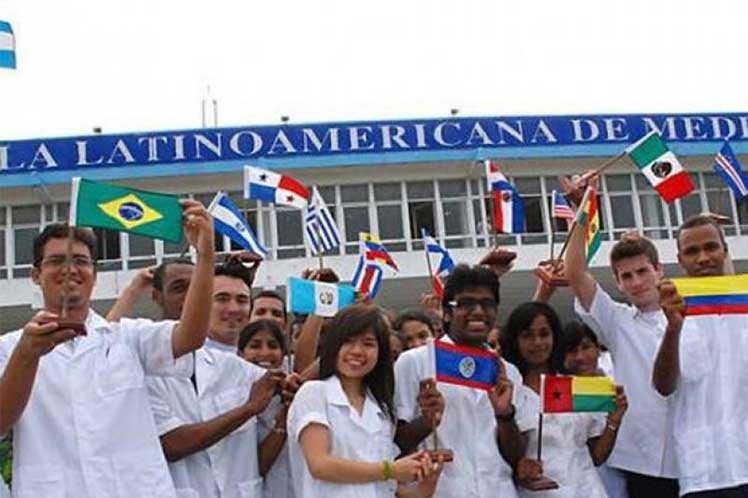 Piden médicos graduados en Cuba el fin del bloqueo de Estados Unidos