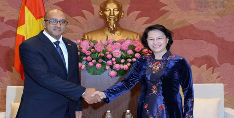 El embajador saliente de La Habana en Hanoi, Herminio López Díaz, y la presidenta de la Asamblea Nacional del país asiático, Nguyen Thi Kim Ngan