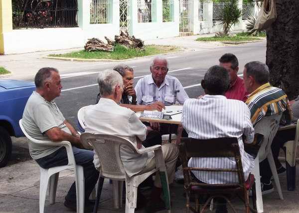 En esta Habana también se juega al dominó. Foto Abel Rojas