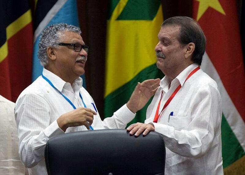 El Secretario General de la AEC,Alfonso Múnera, saluda al vicecanciller cubano Abelardo Moreno. Foto: Ismael Francisco
