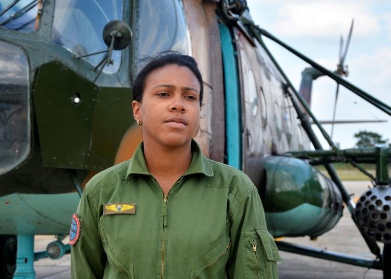 La teniente Dailyn Serrano Aldana pilotea helicópteros desde hace 4 años