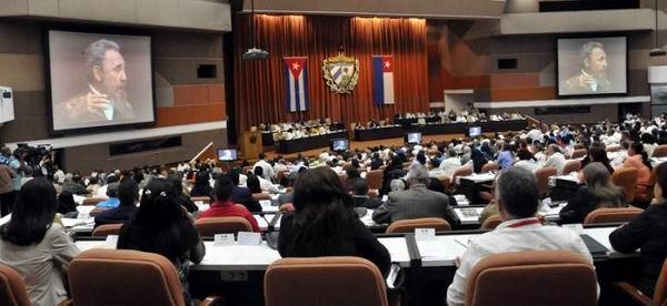 La sesión comenzó con un video en homenaje al líder histórico de la Revolución. Foto: Juvenal Balán
