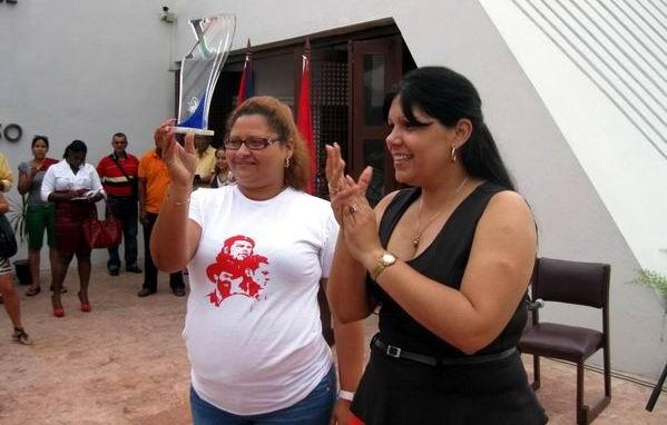Yuniasky Crespo, Primera Secretaria del Comité Nacional de la UJC entregó el símbolo del congreso a la Primera secretaria de la UJC en la provincia Gretchen Odio Pérez. Foto: Sergio Martínez